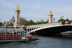 パリ・セーヌ河ディナークルーズ Bateaux Parisiens