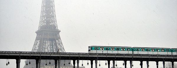 エッフェル塔が見えるパリのメトロ